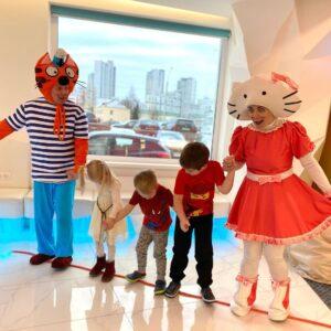 Хэлоу кити и Три кота на детском празднике